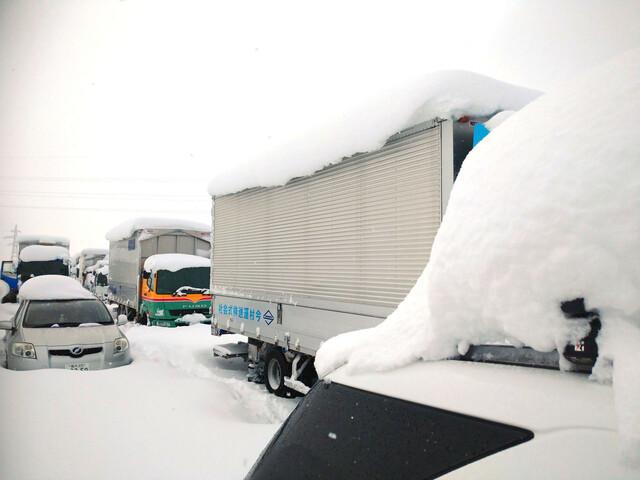 大雪で車が立ち往生するのはなぜ?片側2車線なら追い越しできるのでは?