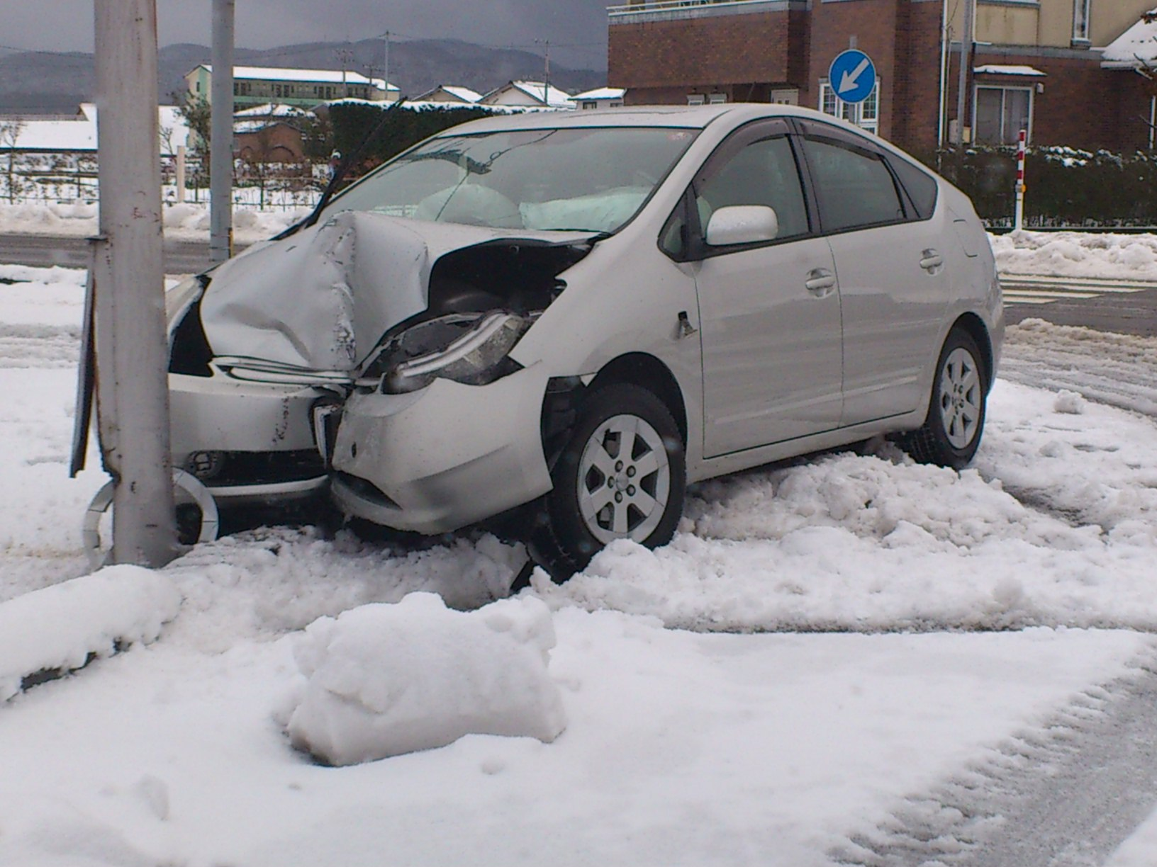 ノーマルタイヤ雪道走るとどうなる?違反うっすらでも危険!動画検証