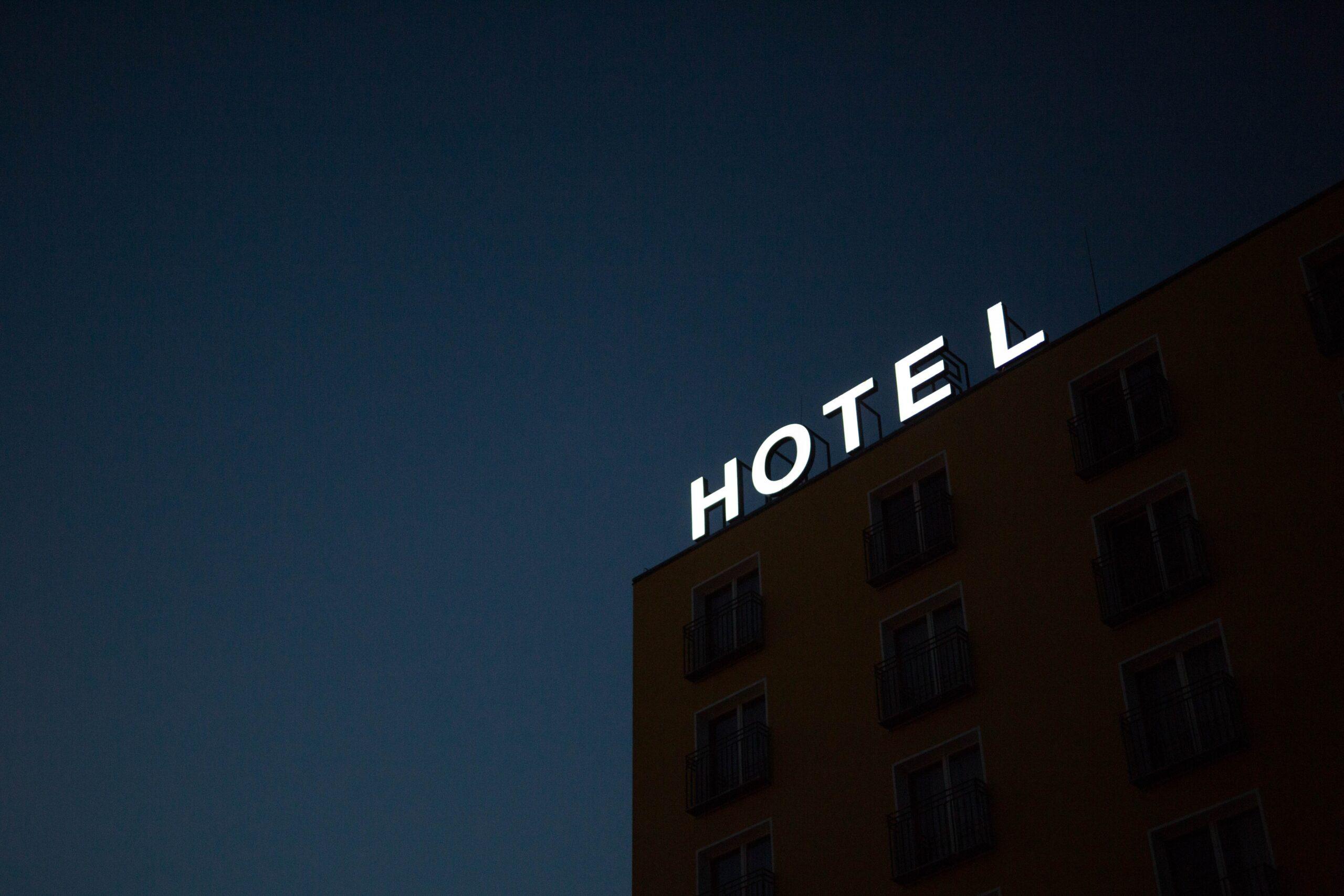 学生5人の宿泊拒否した福岡市のホテルや専門学校の場所はどこで名前は特定された?